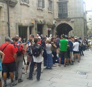 Fila in attesa di ritirare la Compostela davanti all'ufficio del pellegrino nella città di Santiago de Compostela
