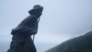 La statua del pellegrino diretto al faro di Finisterre