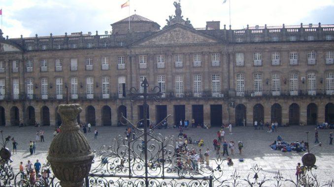 Vista di piazza dell'Obradoiro dalla scalinata della cattedrale di Santiago de Compostela